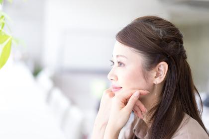 リラックスする女性の横顔