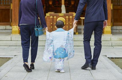 両親の手を繋ぐ七五三の男の子
