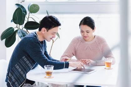 ネットショッピングの決済をクレジットカードで行うカップル