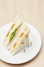 サンドイッチに登るフィギュア