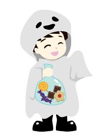 ハロウィン オバケの仮装をしてお菓子をもらう男の子