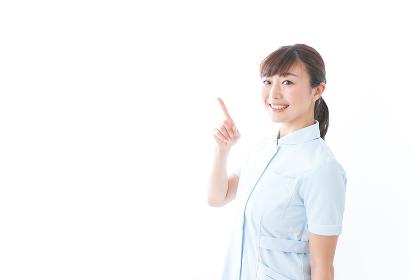 ポイントを指差す若い看護師