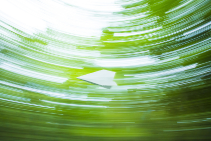 森の中を飛ぶ紙飛行機