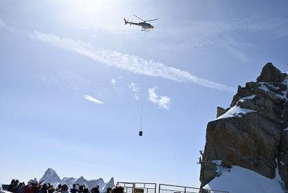 エギーユ・デュ・ミディ展望台改修工事の資材運搬ヘリに見入る観光客
