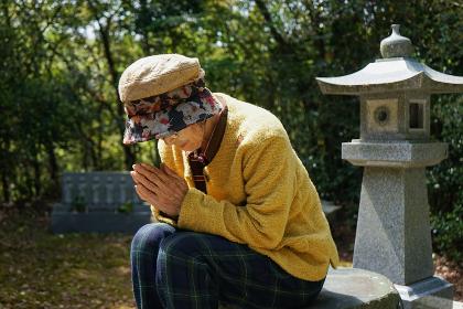 お墓参りをする高齢者