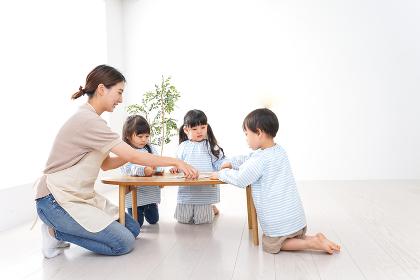 幼稚園の先生と児童