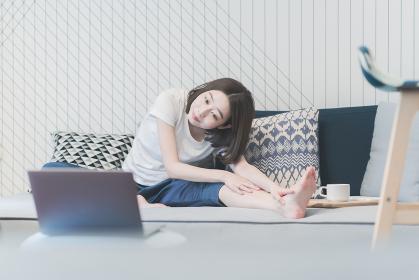 ヨガのオンラインレッスンを受講する女性