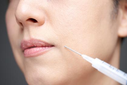美容注射を打つ中年の日本人女性