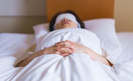 睡眠 ホットアイマスク 布団 眠り 女性 日本人