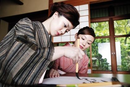 書道を習う着物を着た女性
