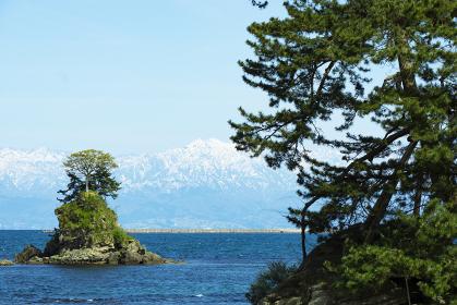 雨晴海岸と立山連峰。日本富山県高岡市
