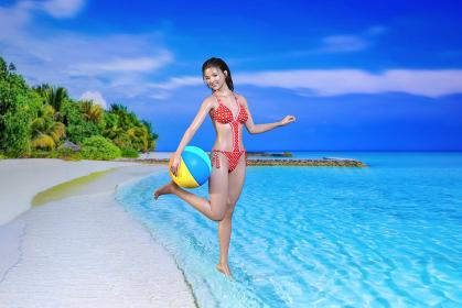 自然豊かな島の海辺でビーチボールを腰に持つ赤いチェック柄の水着を着た笑顔の黒髪の日本人女性が遊ぶ姿
