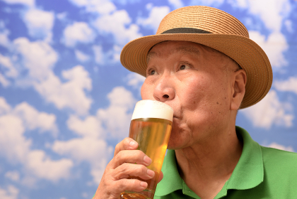 笑顔でビールを飲む日本人シニア