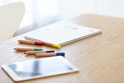 テーブルに置かれたスケッチブックとタブレットPC