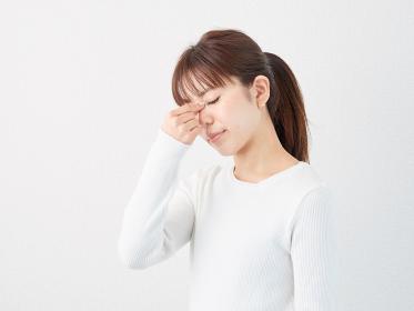 目が痛いアジア人女性