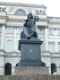 ポーランド・クラクフ市街地の広場にて天文学者コペルニクスが天球儀を持っている像