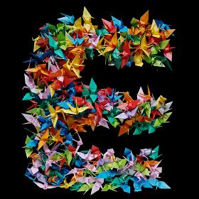 折り紙の鶴を集めて形作ったアルファベットのE