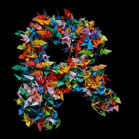 折り紙の鶴を集めて形作ったアルファベットのR