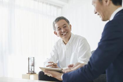 ビジネスマンと日本人シニア男性