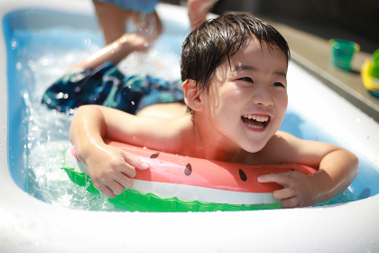 ビニールプールで遊ぶ男の子