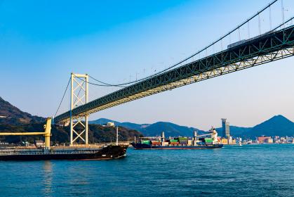 青空と海と街並みが綺麗な初夏の関門海峡