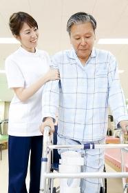 リハビリをする患者とトレーナー