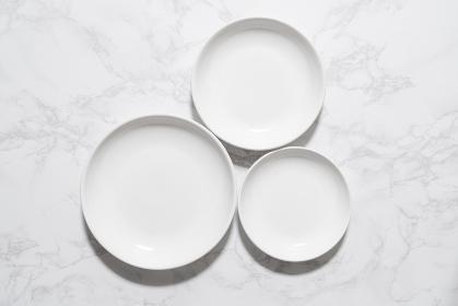 大理石の板に置かれた白いお皿