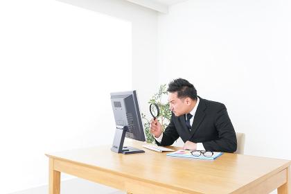調査をするビジネスマン