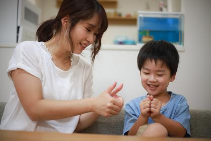 指遊びする親子