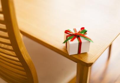 ダイニングテーブルに置かれたプレゼント