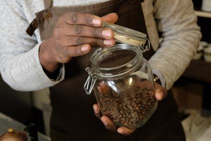 コーヒーの入れ方6:コーヒー豆の保存容器を開ける