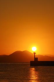 日の出と防波堤灯台と有明海