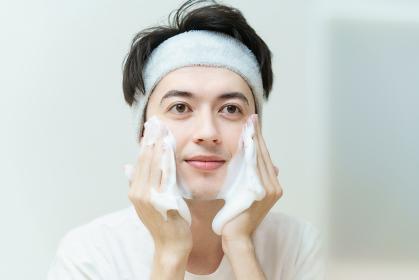 洗顔する若い男性