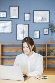 カジュアルな部屋で仕事をする女性