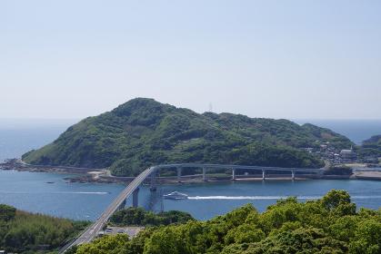 高台から望む伊王島大橋と伊王島