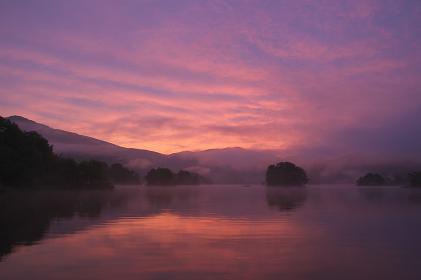 朝焼けに染まる静寂の湖