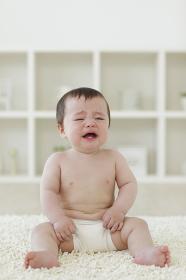 リビングに座って泣いているハーフの赤ちゃん