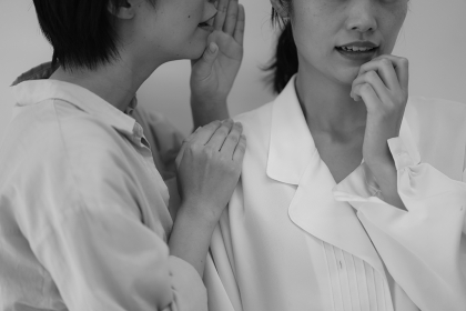 ひそひそ話する女性