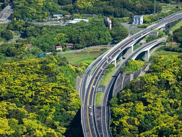 森の中の自動車道 千葉県鋸山からの館山自動車道