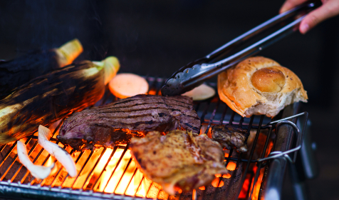 バーベキューで炭火でビーフステーキを焼く 【アウトドアの醍醐味】