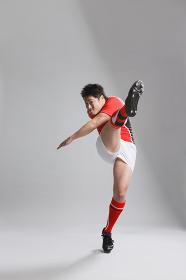プレースキックを蹴るラグビー選手