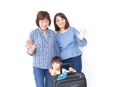 スーツケースを持つ家族