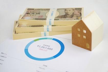 お金と家の模型と円グラフ