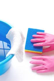 拭き掃除 ナイロンクリーナーとゴム手袋と雑巾が掛かったバケツ