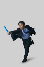 バトンを渡す日本人ビジネスマン