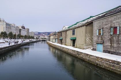 冬の小樽運河に並ぶ倉庫群