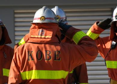 敬礼する消防士(2011年神戸市民防災総合センターの公開練成会にて)