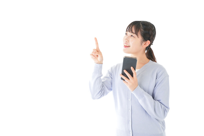 IOT家電をスマホで操作する若い女性