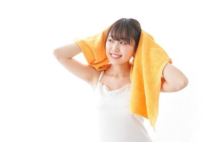 お風呂上りにリラックスをする女性