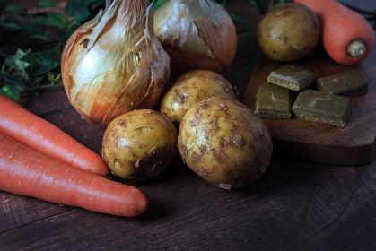 人参と玉ねぎとジャガイモとカレーのルー